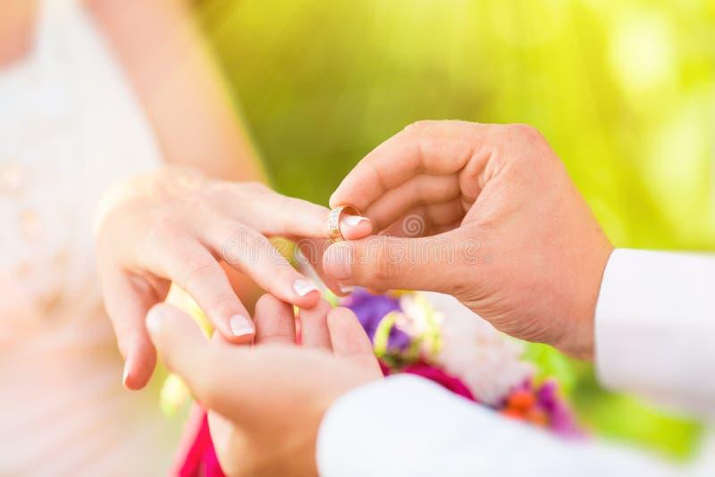 Main des personnes mariées images libres de droits