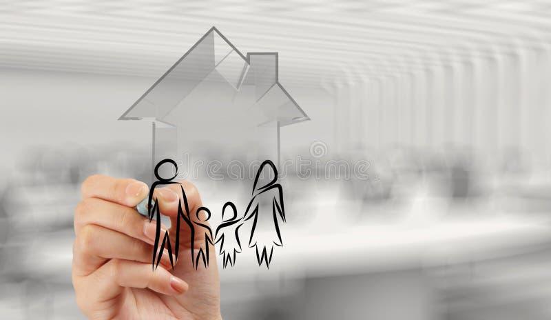 Main dessinant la maison 3d avec l'icône de famille images stock