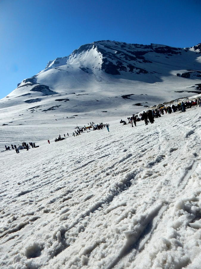 Download Main Dessinant Une Couleur D'eau Image stock - Image du montagnes, glace: 45350609