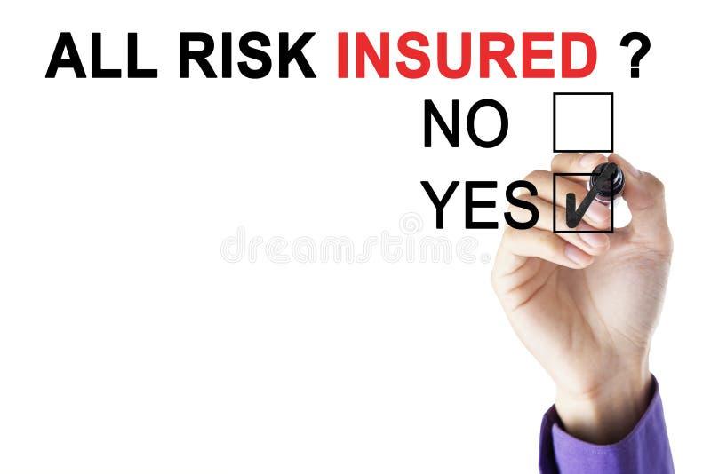 Main du ` s d'homme d'affaires approuvant tous les assurés de risque photo stock