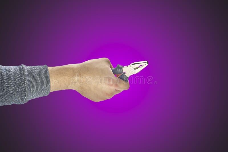 Main du ` s d'homme tenant des pinces images libres de droits