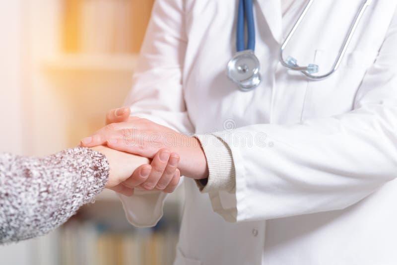Main du ` s de docteur Holding Patient images stock