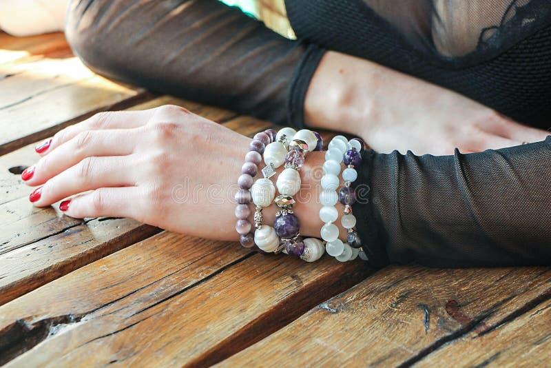 Main du ` s de femme avec des décorations sur la table photographie stock libre de droits