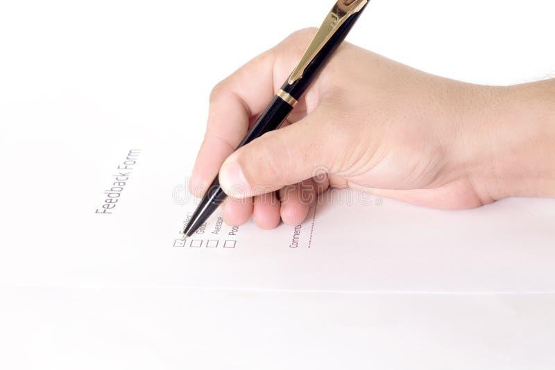 Main du ` s de femme d'affaires avec le stylo remplissant l'information personnelle sur une forme image libre de droits