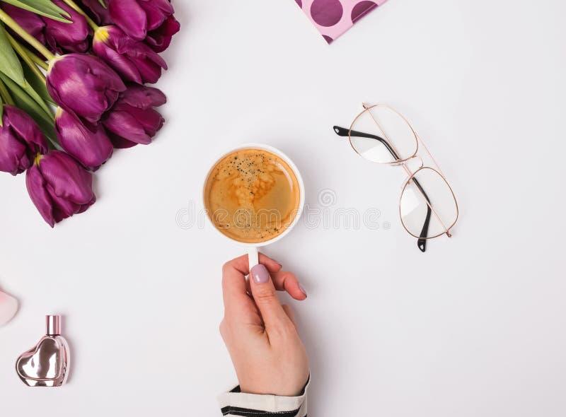 Main du ` s de femme tenant le café de whith de tasse photos libres de droits