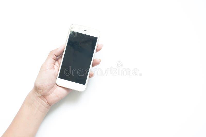 Main du ` s de femme tenant le périphérique mobile cassé d'écran sur le backgr blanc photographie stock libre de droits