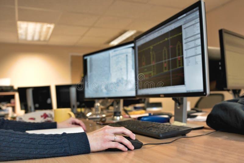 Main du ` s de femme tenant une souris pour le travail de conception de bureau image stock