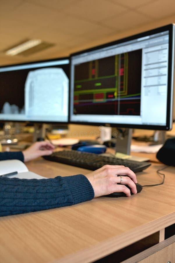 Main du ` s de femme tenant une souris pour le travail de conception de bureau image libre de droits