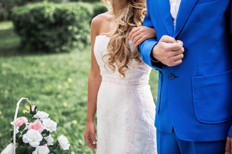 Main du ` s de marié de participation de jeune mariée extérieure photos stock