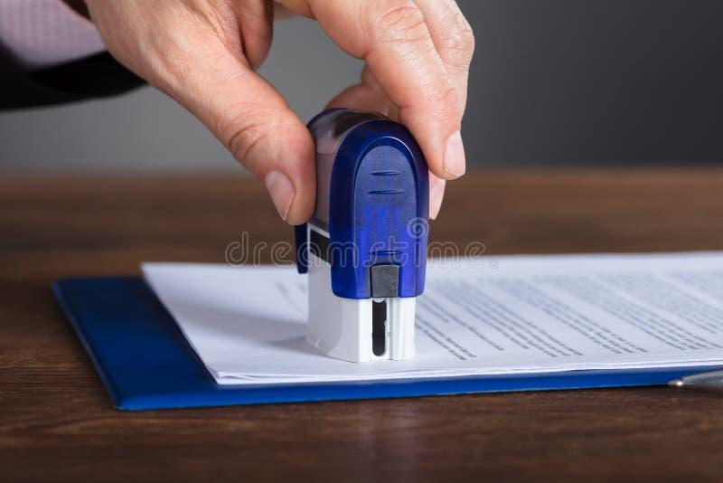 Main du ` s de personne emboutissant le document photos libres de droits