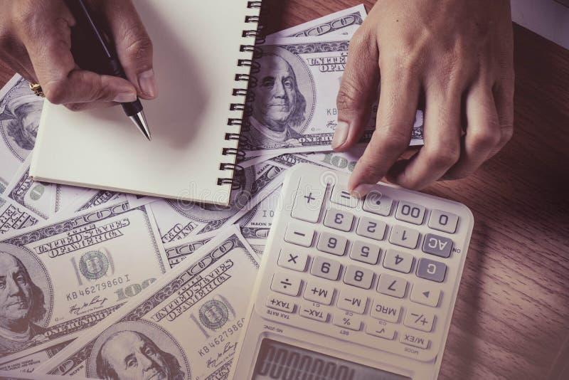 Main du ` s de personnes de vue supérieure comptant le billet de banque de dollar US images libres de droits
