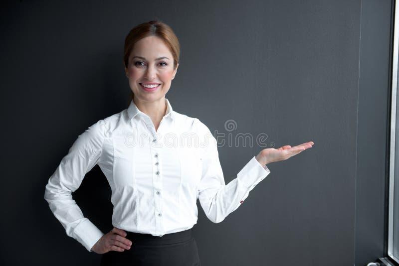 Main en hausse de dame heureuse  photos libres de droits