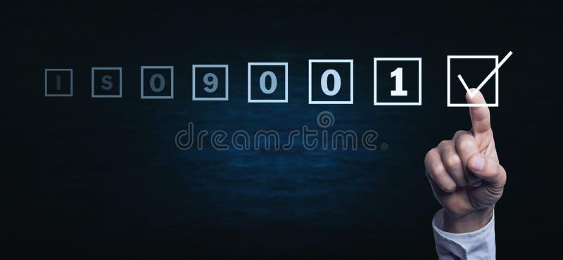 Main enfonçant l'écran OIN 9001 Concept d'affaires photographie stock libre de droits