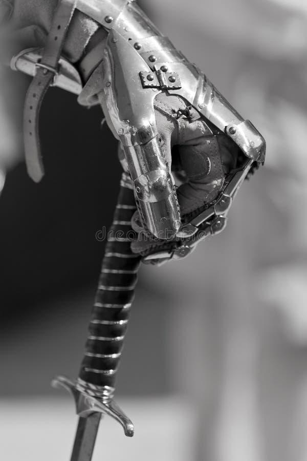 Main et épée images stock