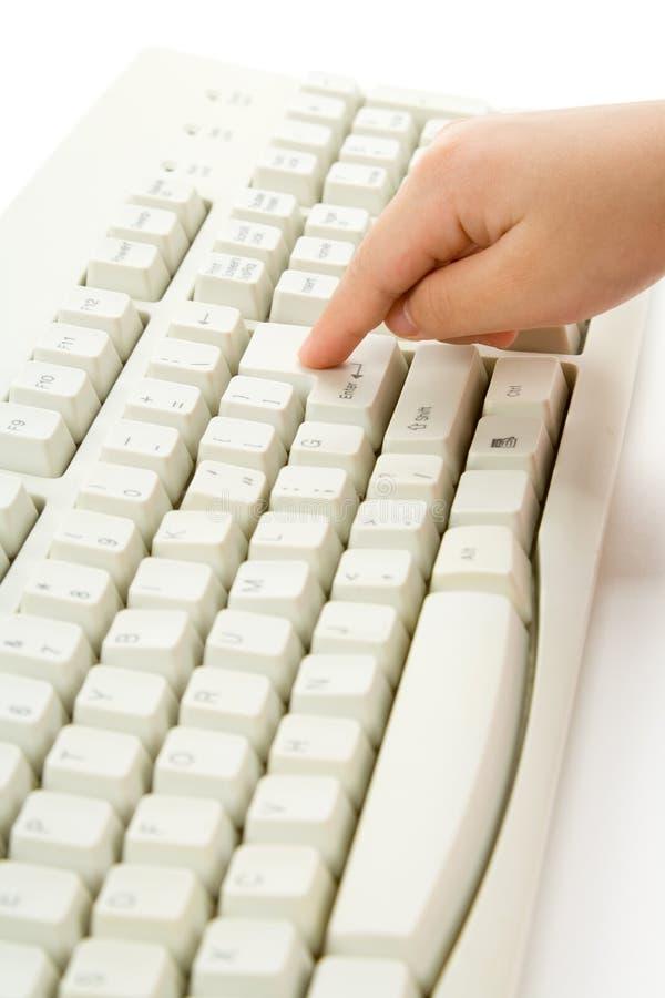 Main et clavier d'enfant images libres de droits