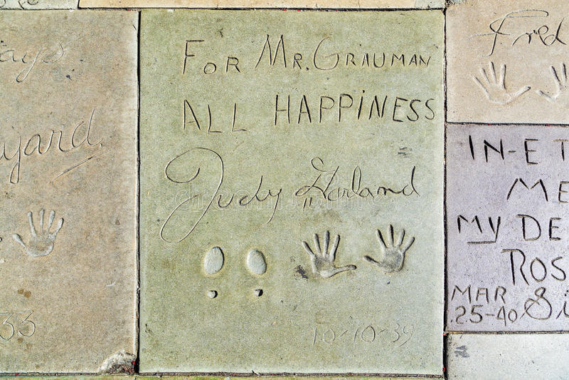 Main et empreintes de pas de Judy Garland devant le théâtre de Chinois de TCL image libre de droits