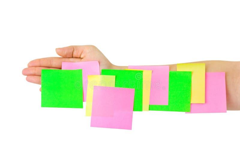 Main et papier de note multicolore image stock