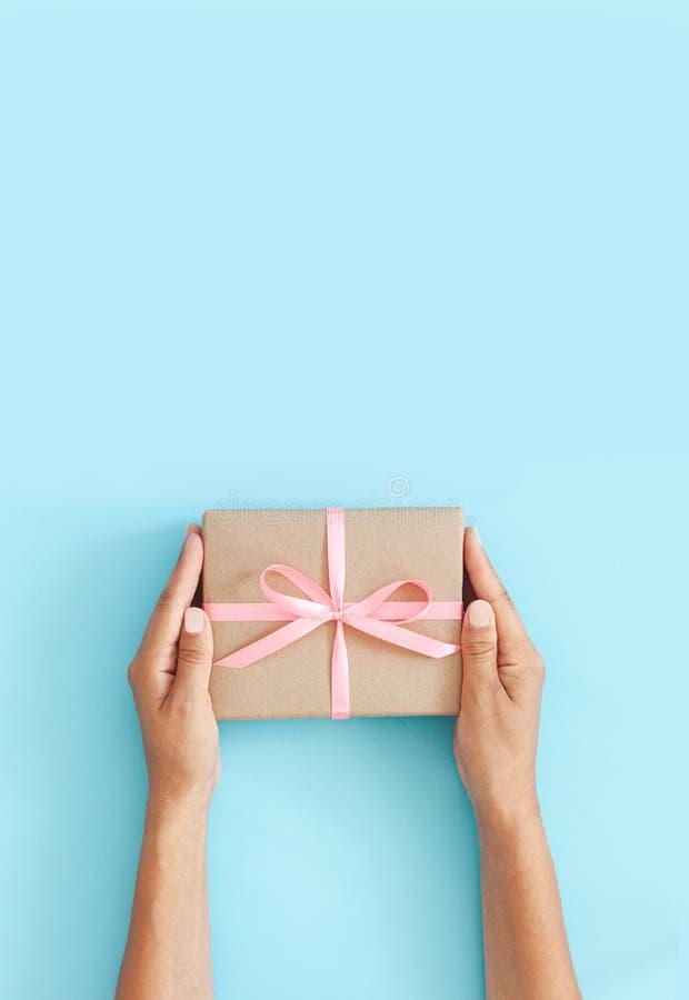 Main féminine tenant la boîte ou la boîte cadeau en papier d'artisanat image libre de droits