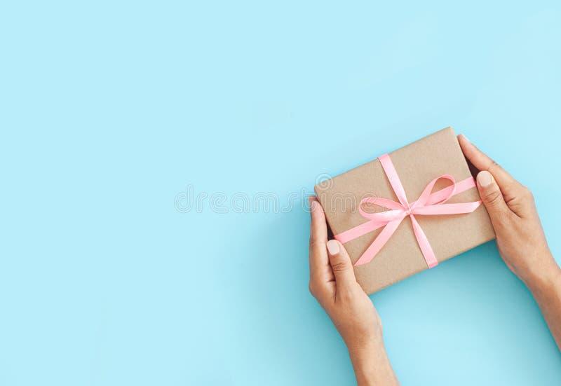 Main féminine tenant la boîte ou la boîte cadeau en papier d'artisanat photo libre de droits