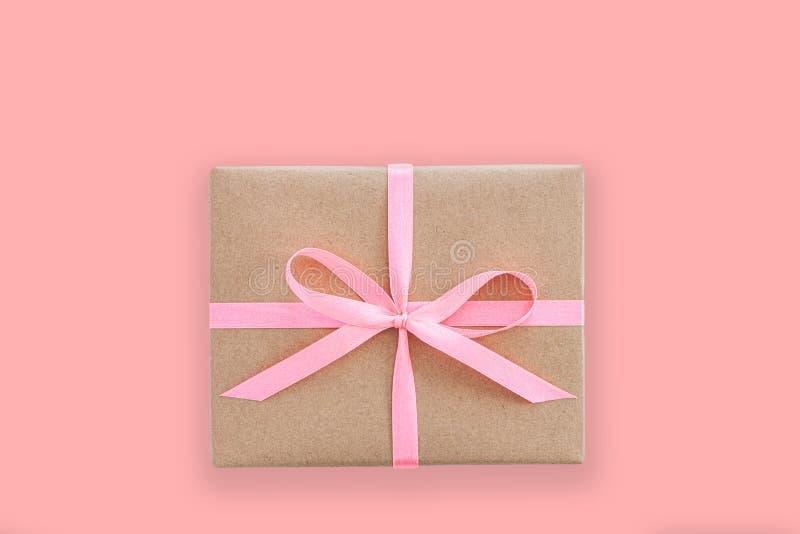 Main féminine tenant la boîte ou la boîte cadeau en papier d'artisanat images stock