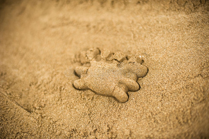 Main faisant un sable mouler utilisant des moules image libre de droits