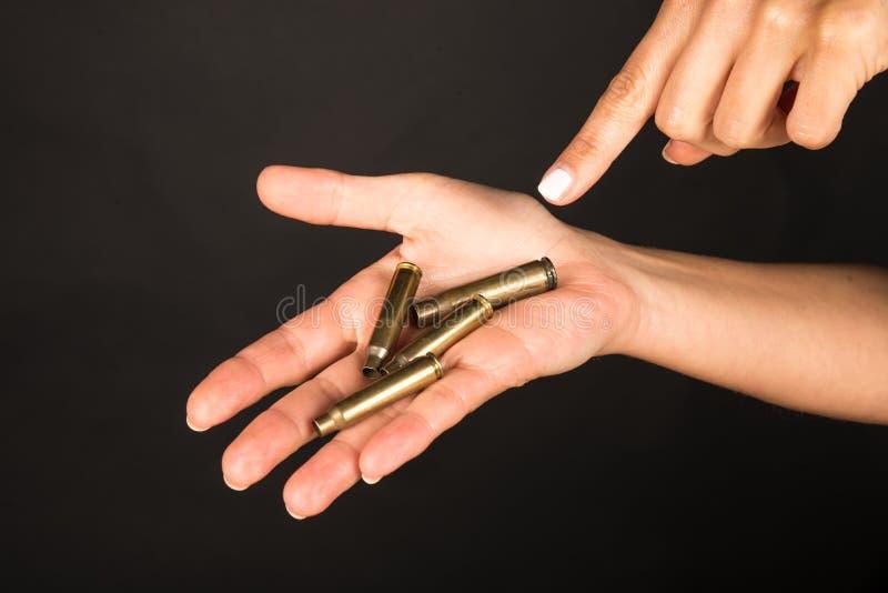 Main femelle avec des balles images stock