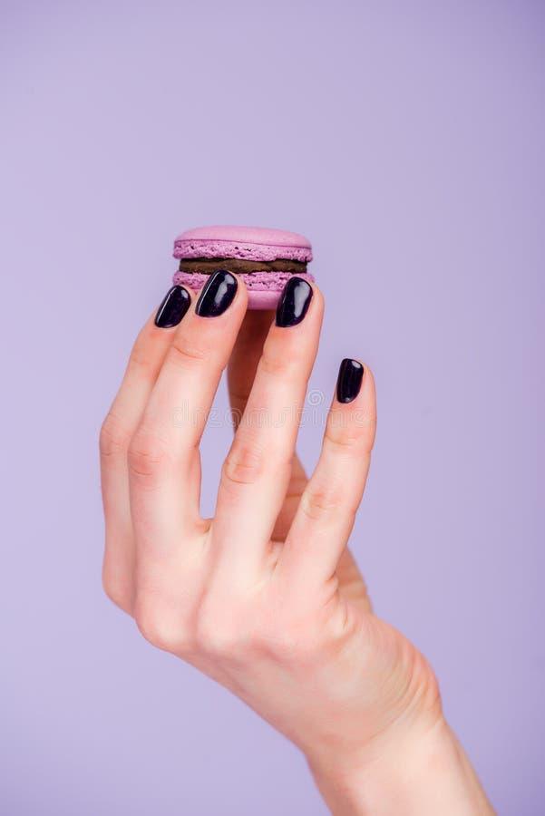 Main femelle avec le macaron photo libre de droits
