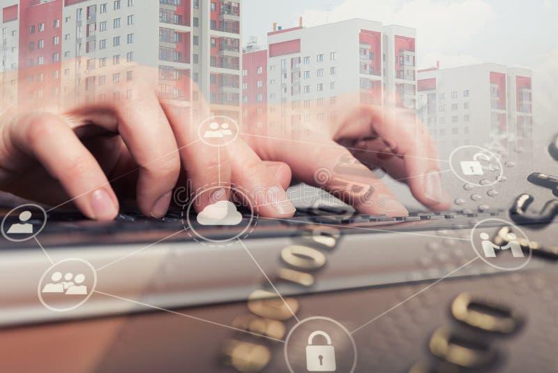 Main femelle dactylographiant sur le clavier d'ordinateur portable Concept de garantie d'Internet images libres de droits