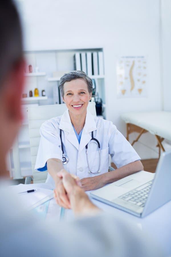 Download Main Femelle De Docteur Secouant Avec Le Patient Image stock - Image du lifestyle, occasionnel: 56484759