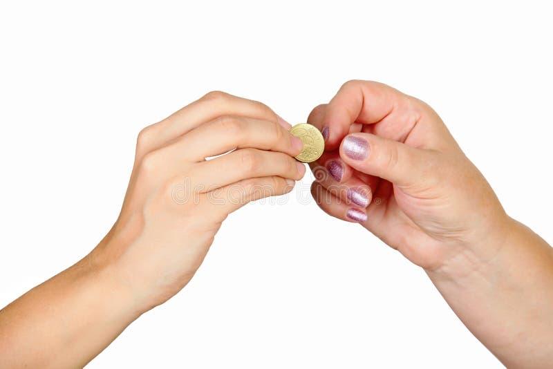 Main femelle donnant la pièce de monnaie à une autre personne image libre de droits