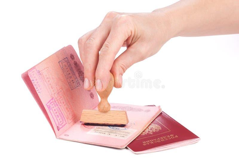 Main femelle emboutissant un passeport de la Russie photos stock