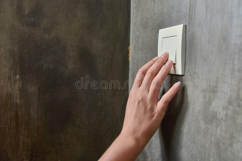 Main femelle, pour arrêter la lumière, commutateur, vue de face image libre de droits