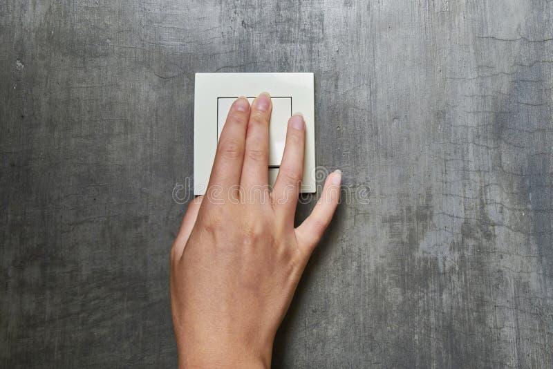 Main femelle, pour arrêter la lumière, commutateur, vue de face photographie stock