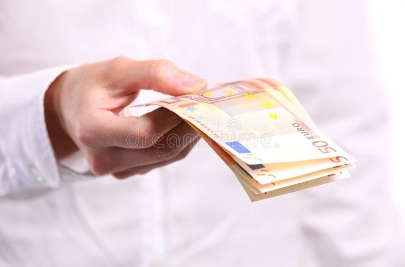 Main femelle retenant cinquante euro billets de banque photo stock