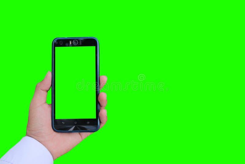 Main femelle tenant le fond de smartphone avec le ciel bleu nuageux extérieur naturel, foyer sélectif photographie stock