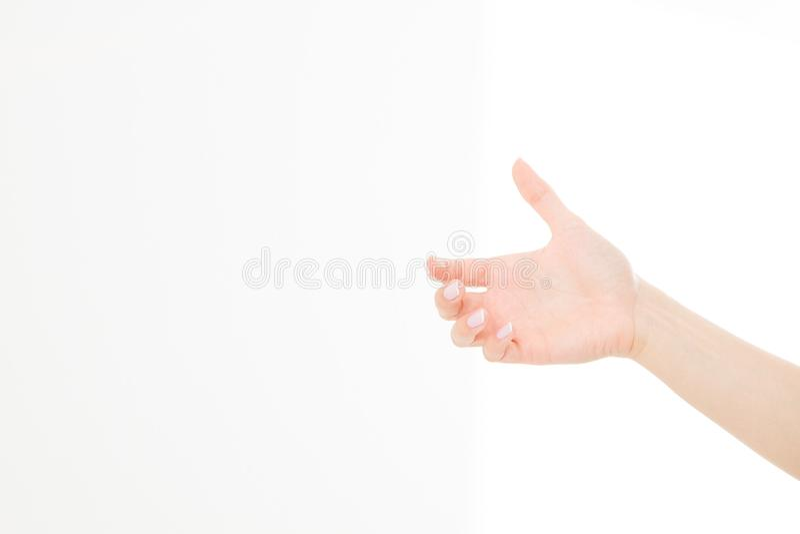 Main femelle tenant les articles invisibles, paume du ` s de femme faisant le geste tout en montrant un peu de quelque chose sur  photo stock