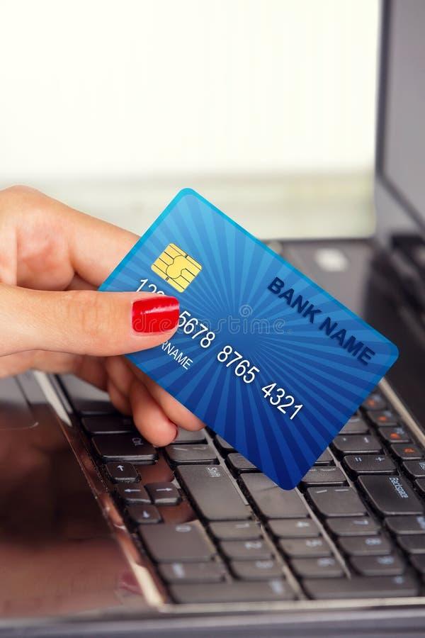Main femelle, utilisant la carte d'Internet pour des services bancaires en ligne images stock