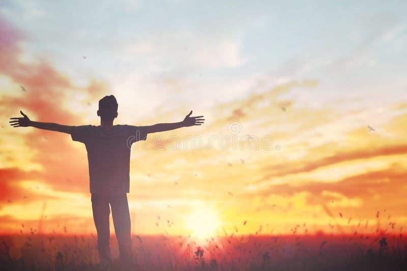 Main heureuse de hausse d'homme sur la vue de matin Le chr?tien inspirent Dieu d'?loge sur le fond de Vendredi Saint Habilitation image stock