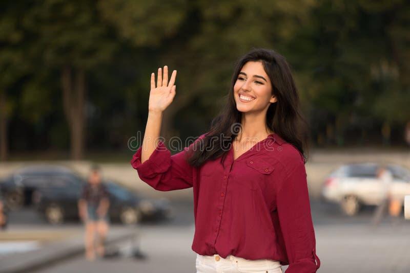 Main heureuse de salutation et d'ondulation de femme, dire bonjour images libres de droits