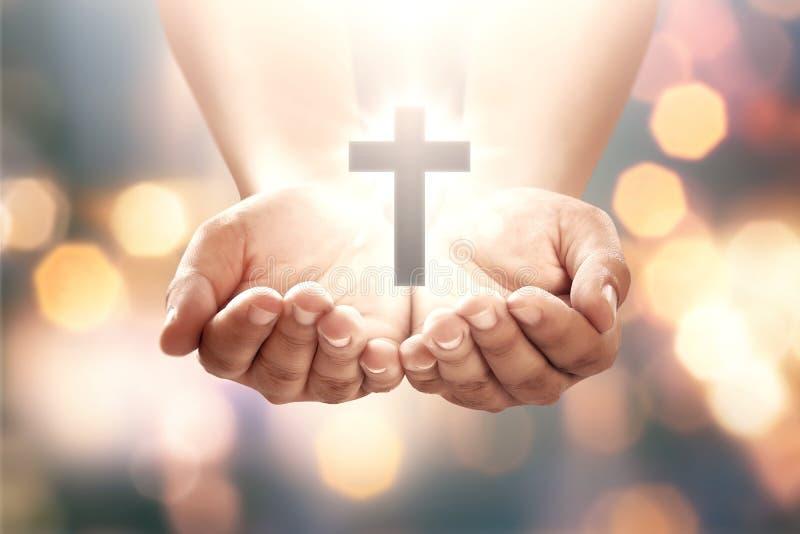 Main humaine avec la croix de forme dans la paume ouverte photos libres de droits
