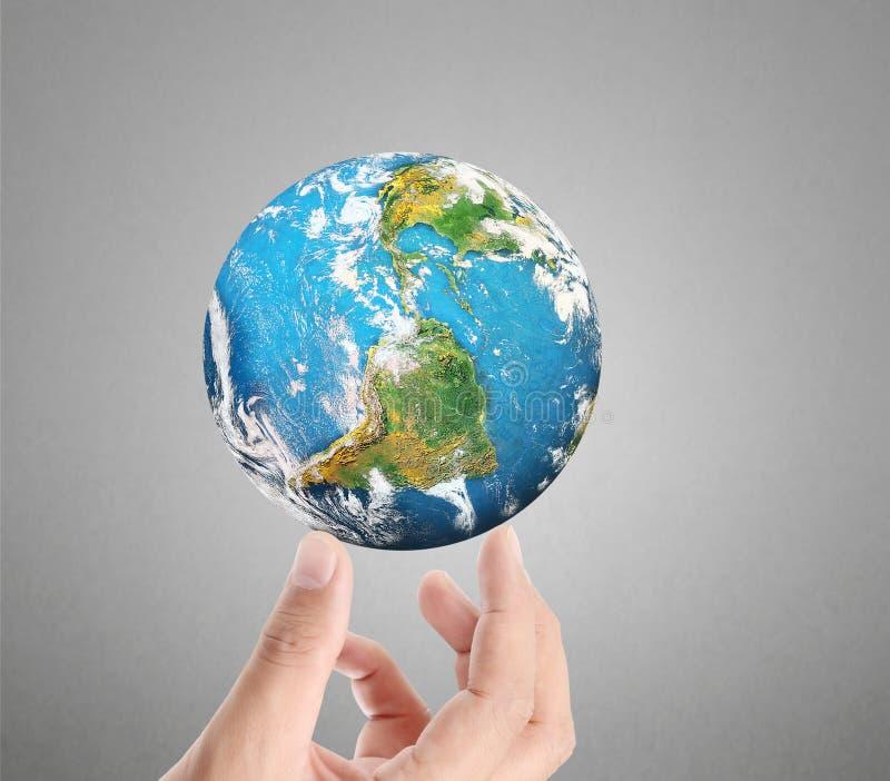 Main humaine jugeant des éléments de globe d'image meublés par la NASA photo libre de droits
