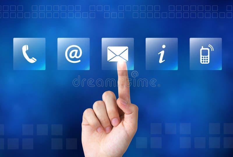 Main humaine touchant le contact nous boutons sur l'écran visuel photo stock