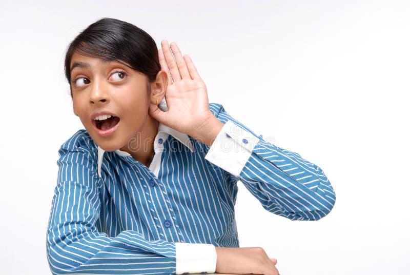 Main indienne de fixation de fille à l'oreille photographie stock