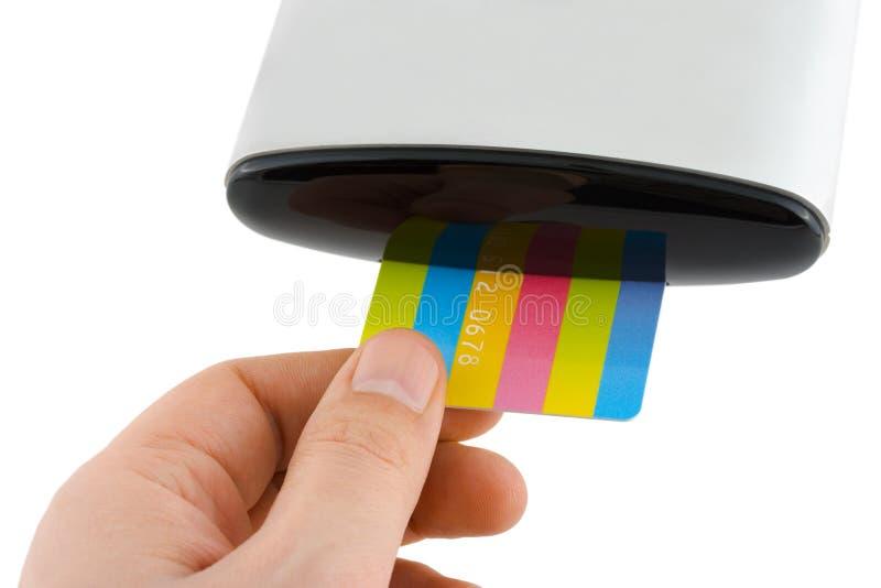 Main insérant la carte au lecteur image stock