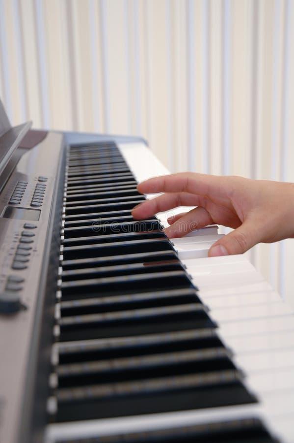 Main jouant le piano image libre de droits