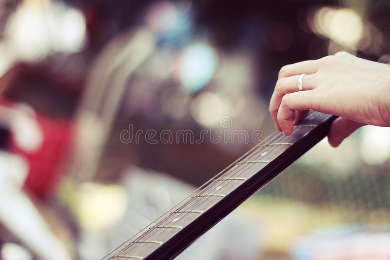 Main jouant une guitare photographie stock libre de droits