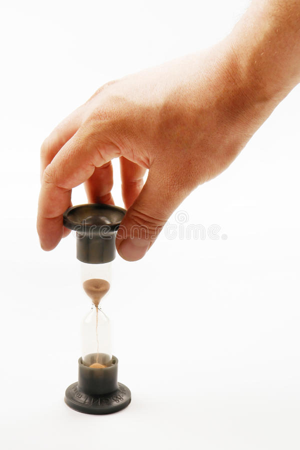 Main mâle avec la glace de sable photo stock