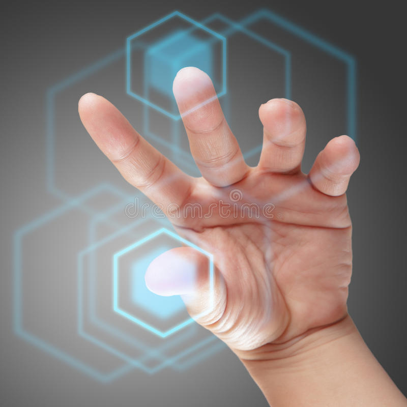 Main mâle travaillant à la surface adjacente d'écran tactile images stock