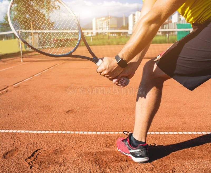Main masculine avec la raquette de tennis images stock