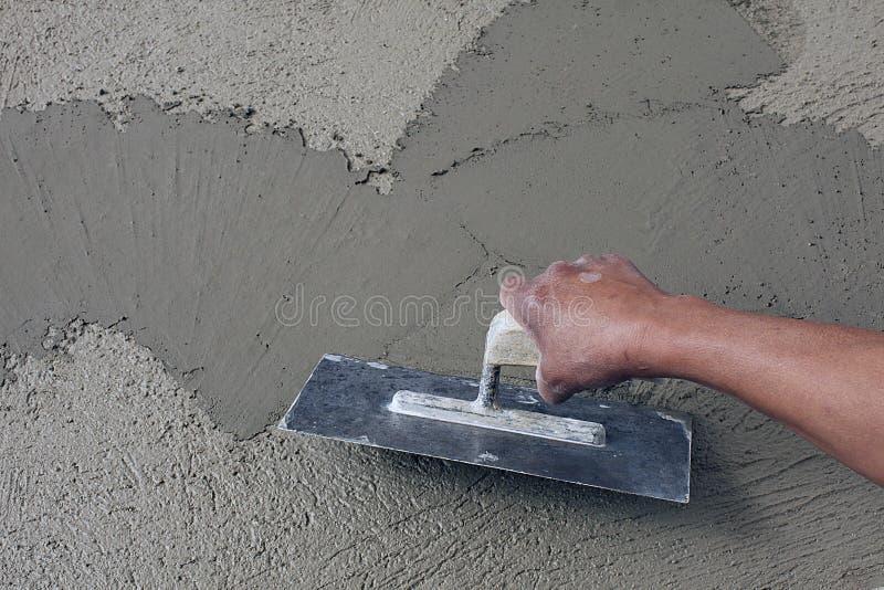 Main masculine avec le plâtre sur la surface fraîche photographie stock